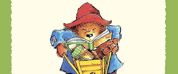Медвежонок Паддингтон в саду